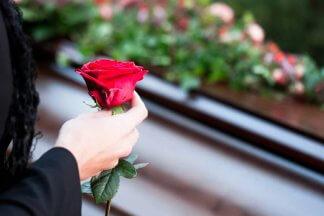 žena v černém držící růži a řešící dědickou smlouvu