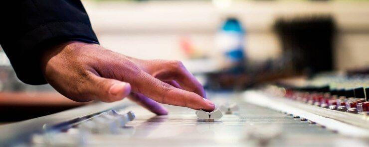 DJ u mixážního pultu, pro kterého platí autorská práva na hudbu