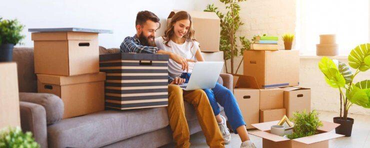 Manželský pár zkoumající, kdy se platí daň z nemovitosti