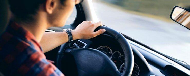 Žena řídící poprvé po podepsání kupní smlouvy na auto