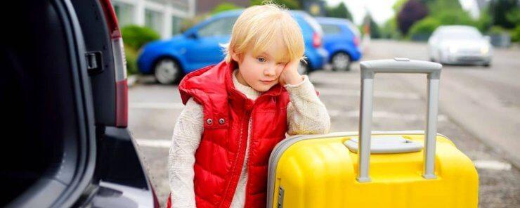 Dítě stojí u auta u kterého bude třeba odstoupit od kupní smlouvy