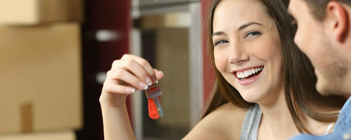 Nájemníci přebírají klíče od svého nového bytu