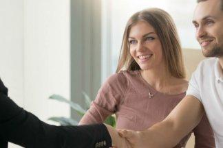 Noví nájemníci uzavírají s majitelkou bytu smlouvu o nájmu