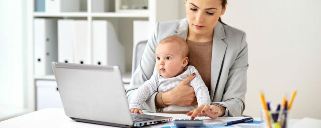 Matka počítá na kalkulačce výživné pro své dítě