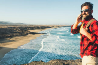 Muž s batohem řeší náhradu mzdy za dovolenou