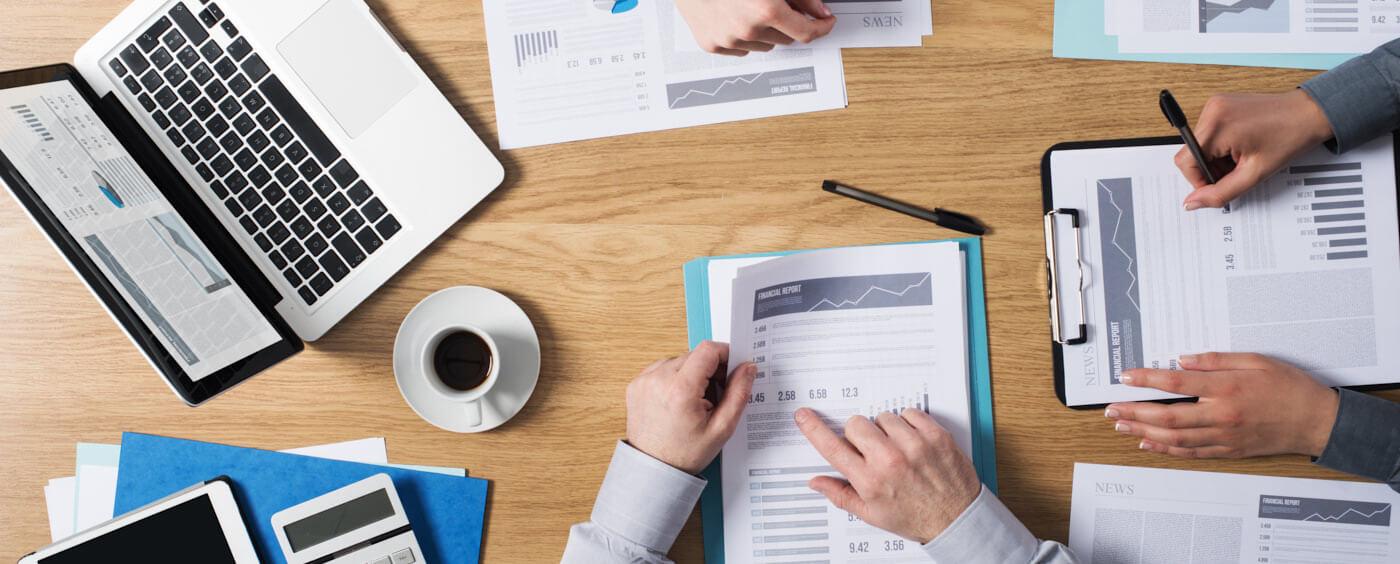 pohled na stůl při firemním jednání