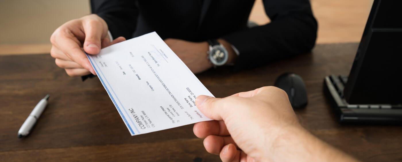 HR předává zaměstnanci výplatní pásku