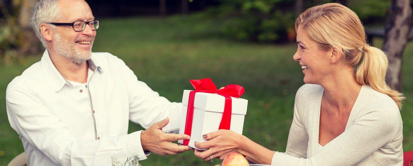 Otec dává dceři dar