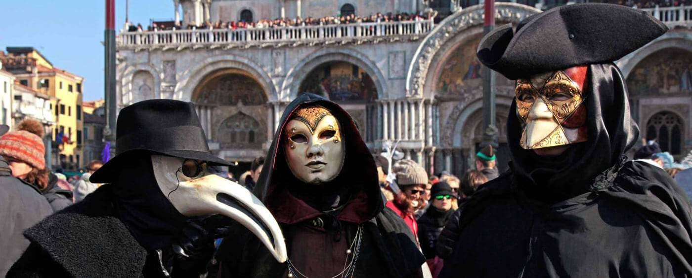 Tradiční protiinfekční ochranná maska v italských Benátkách ve tvaru zobáku