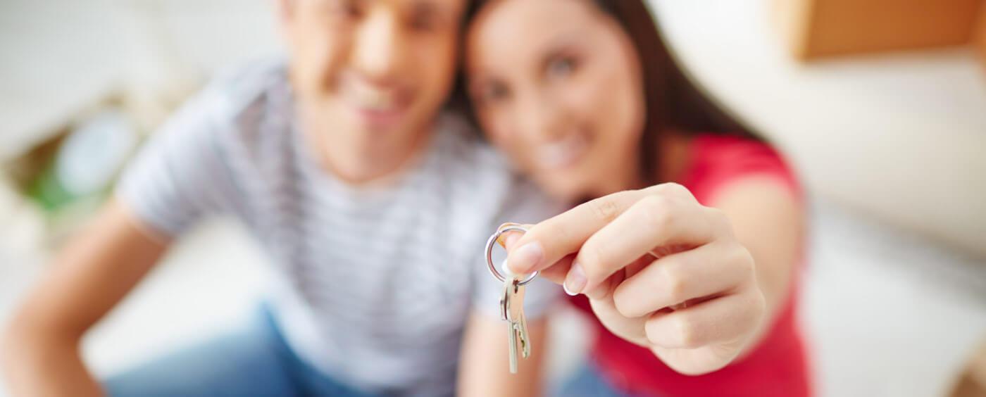 pár držící v ruce klíče