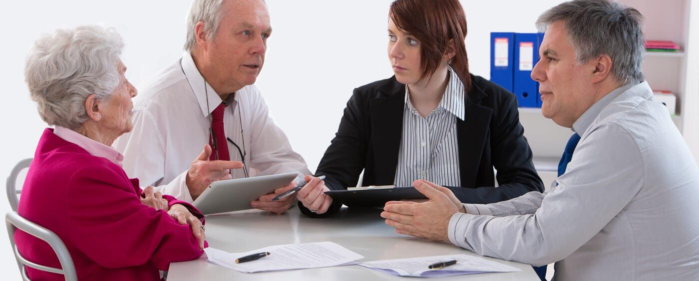 starší pár probírá situaci s advokáty