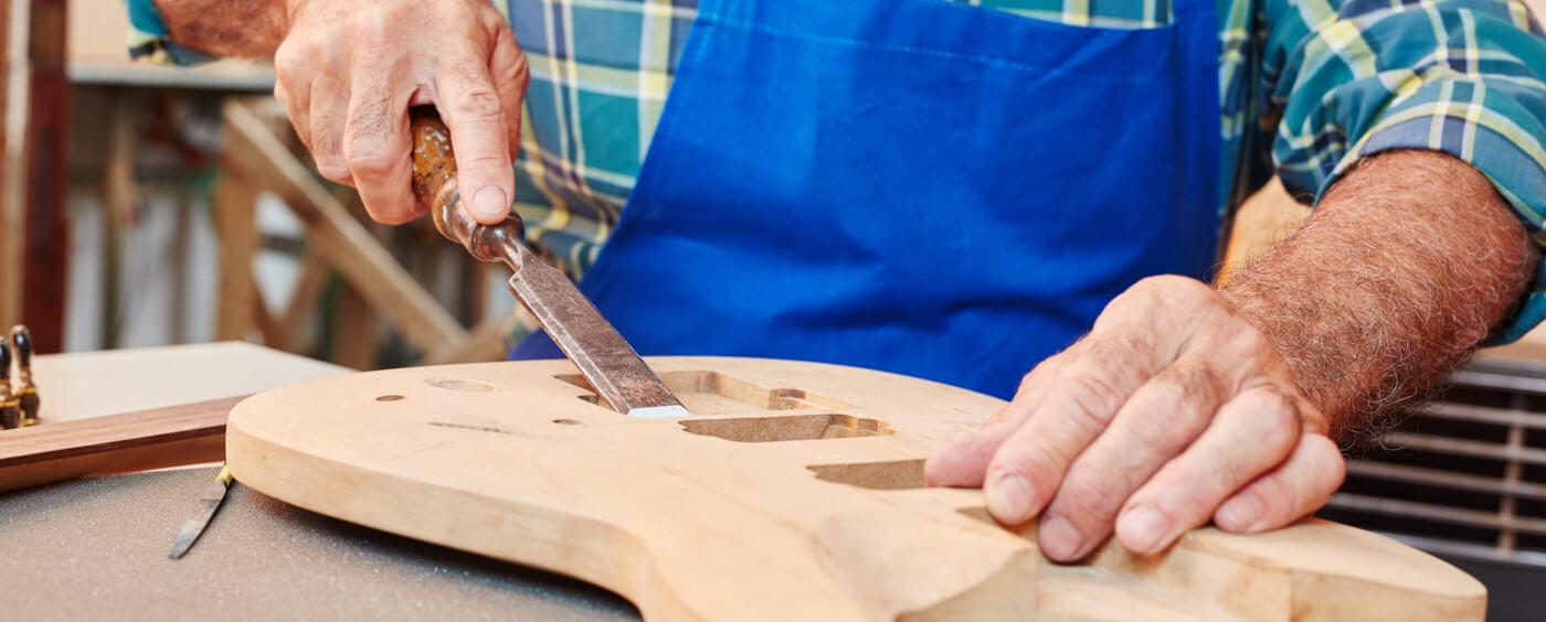 řezbář ladící detaily na kytaře