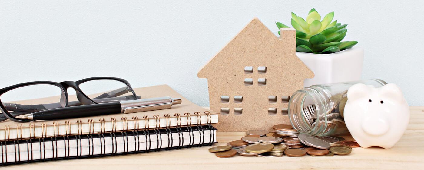 maketa domu spolu s penězi, dokumenty, klíčemi a brýlemi