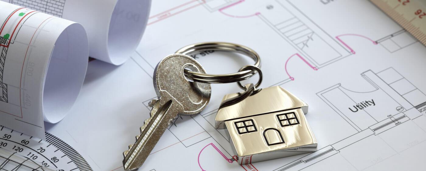 detail na klíče od domu položené na několika dokumentech