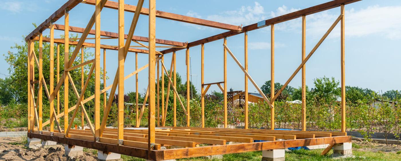 pohled na rozestavěnou konstrukci domu