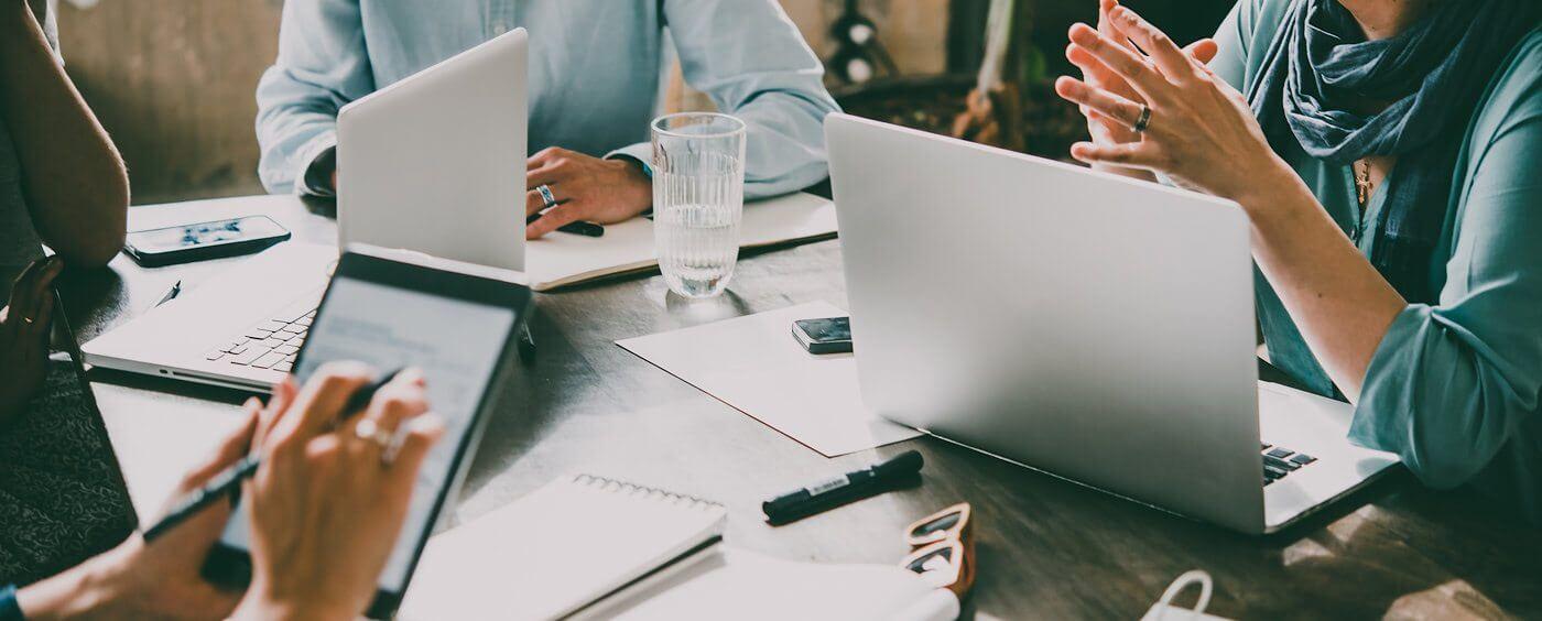 Kancelář nově založené společnosti řešící zápis do obchodního rejstříku
