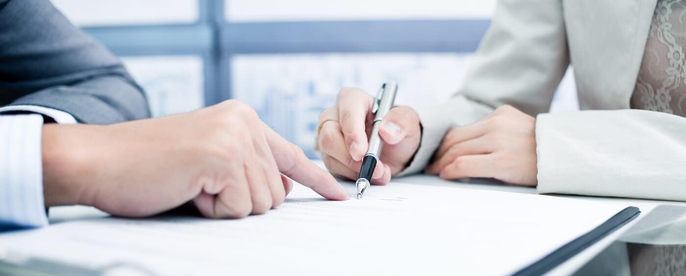 Ruce při podepisování smlouvy