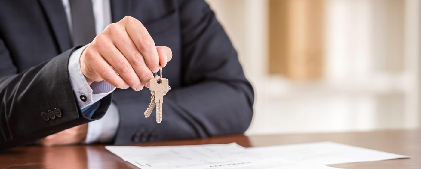 ruce držící klíče od bytu