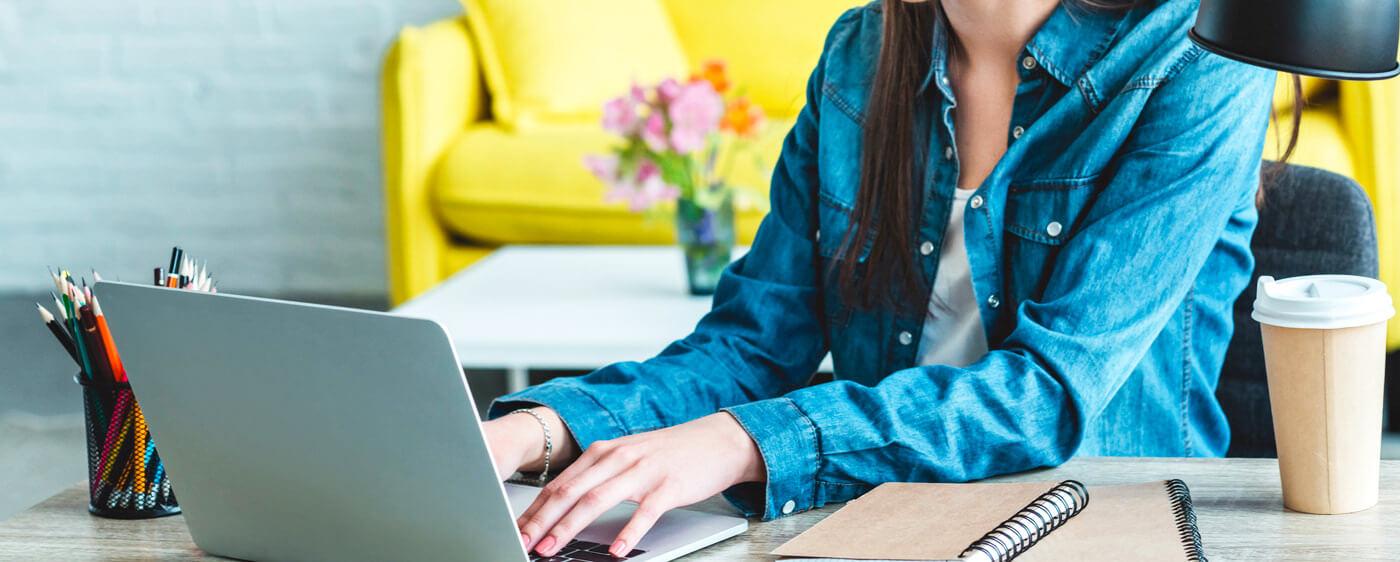 Žena hledající informace o tom, jak si založit e-shop