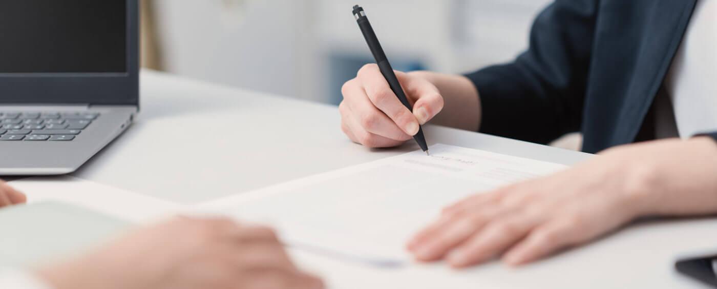 detail na ruce podepisující smlouvu
