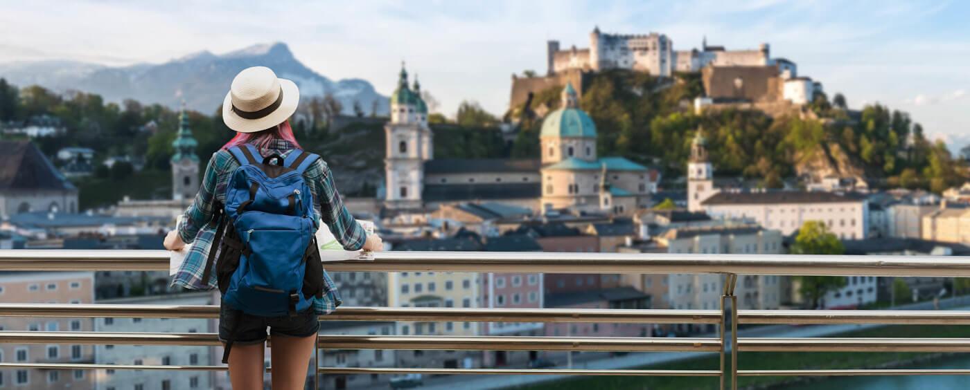 Žena s batohem na vyhlídce
