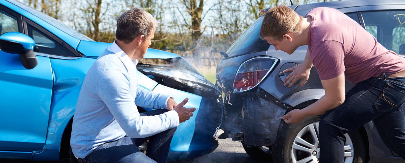 Dva muži zkoumají svá nabouraná auta