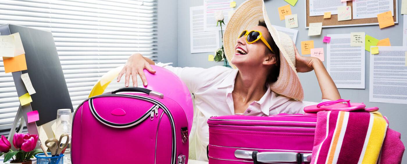 žena s kufry sedící ve své kanceláři