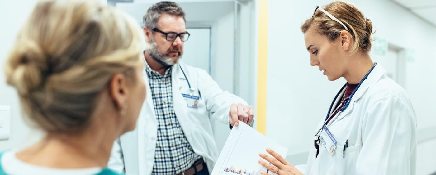 Lékařský personál se baví na chodbě nemocnice