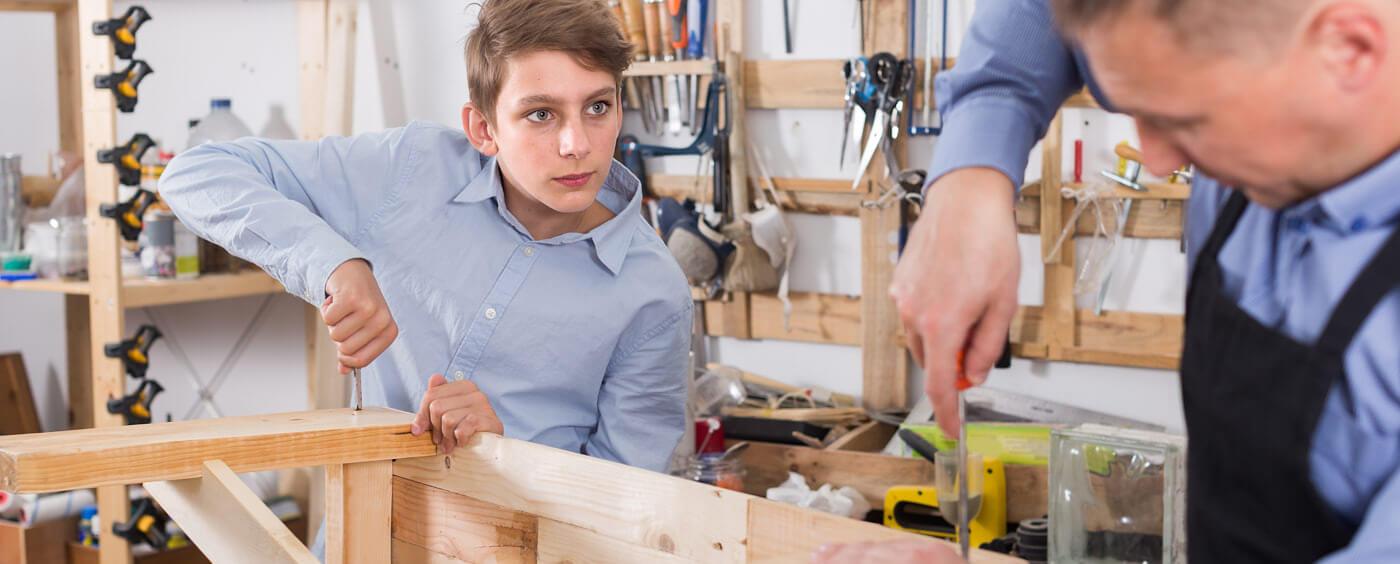 otec se synem montují skříňku