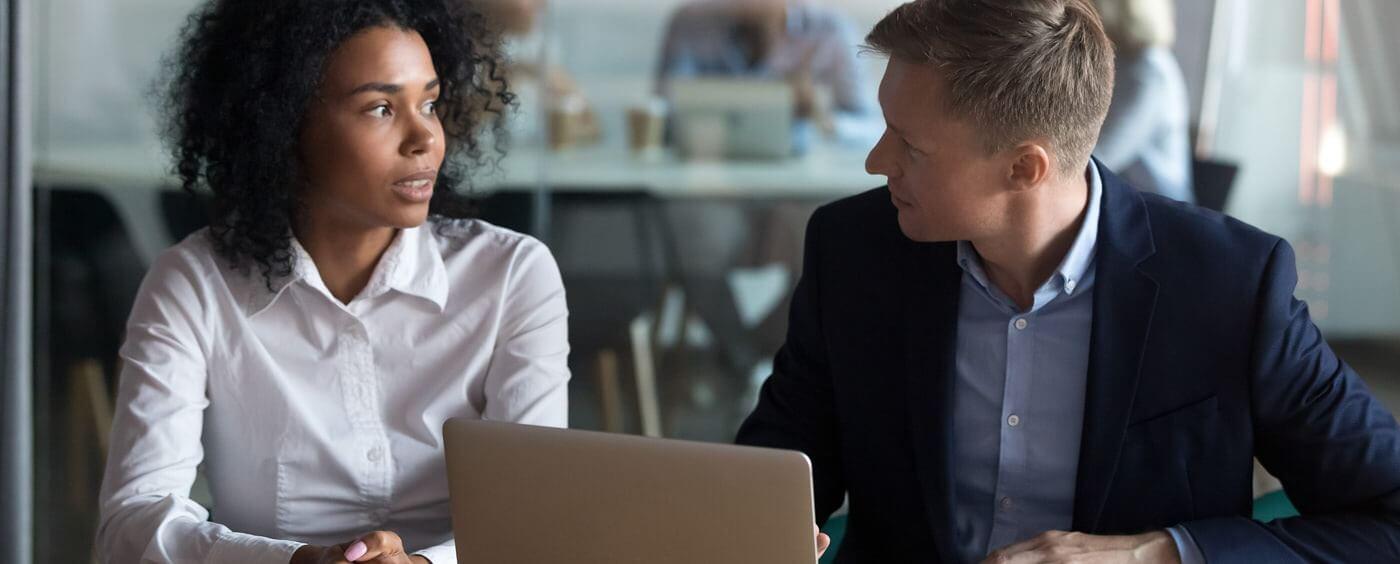 Muž a žena se baví u počítače o pracovní nabídce