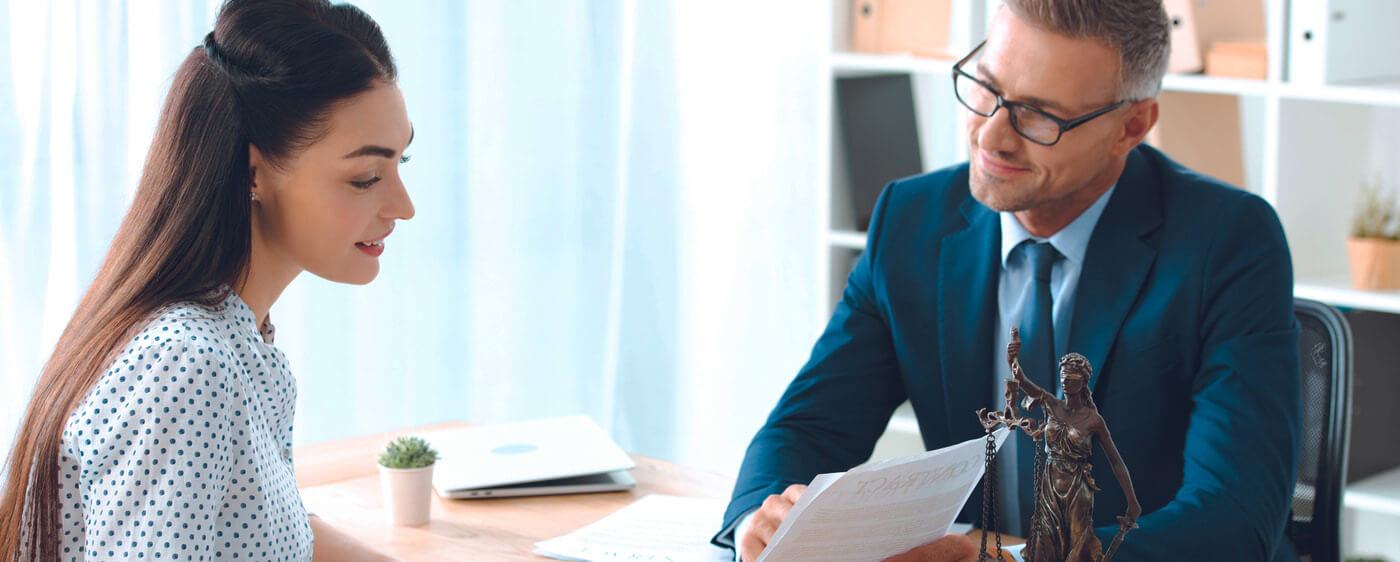 Bezplatný právník dávající rychlou radu slečně