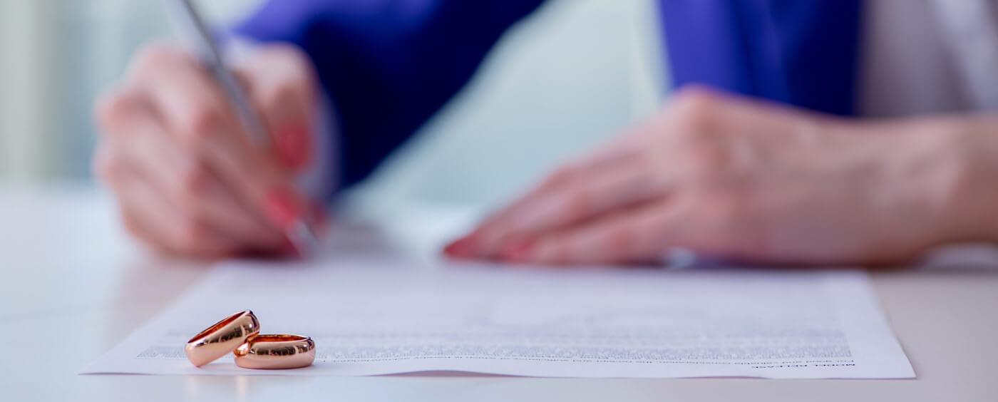 Žena podepisující předmanželskou smlouvu