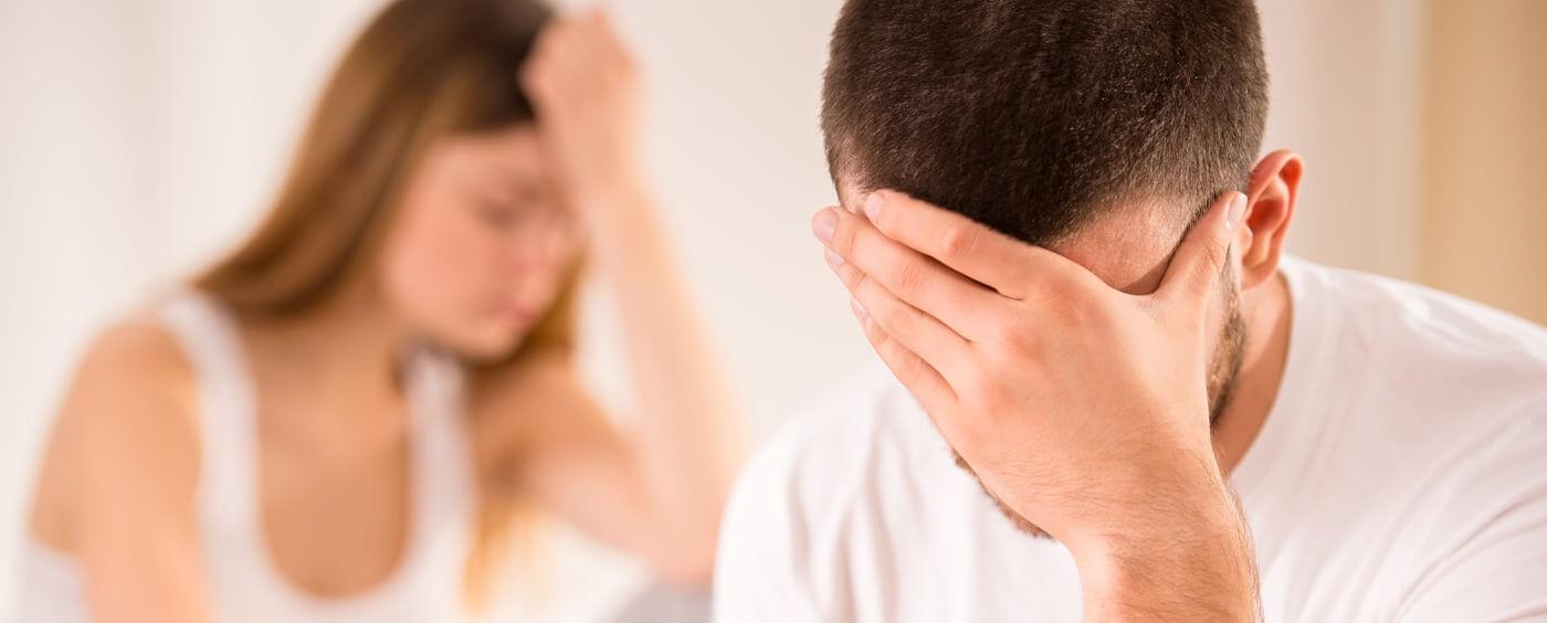 Muž a žena se drží za hlavu a jsou nešťastní