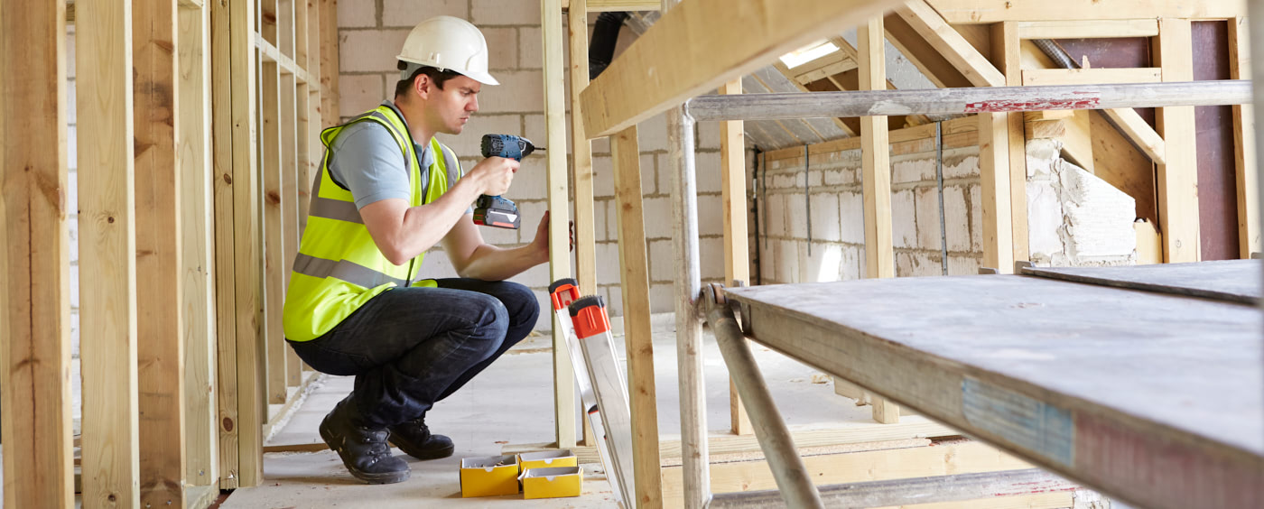 dělník pracující na konstrukci