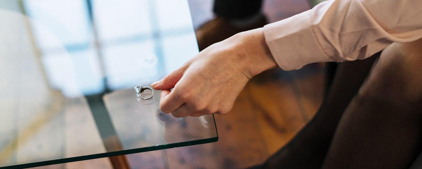 Muž odkládají snubní prsten při rozvodu sporném