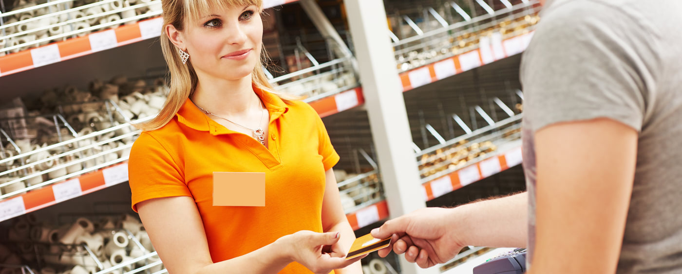 Žena za pokladnou dává účet zákazníkovi