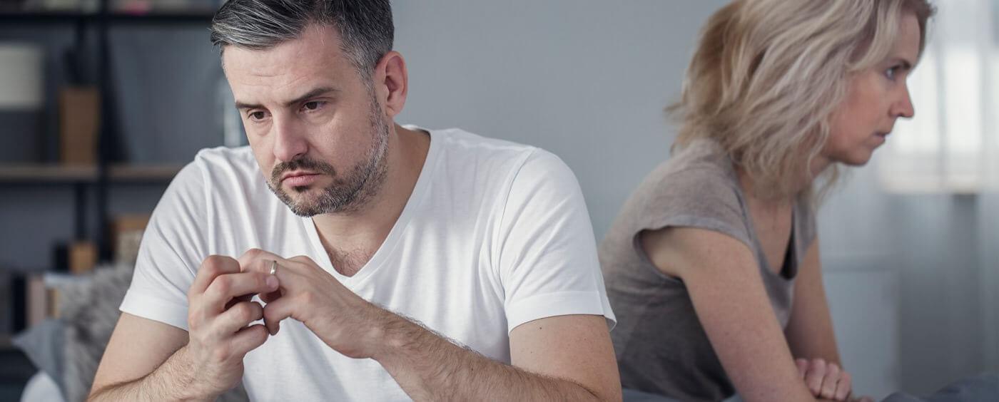 Manželé podepisující vzor žádosti o rozvod