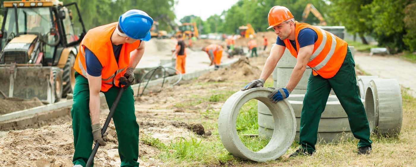 Dva dělníci pracující na stavbě