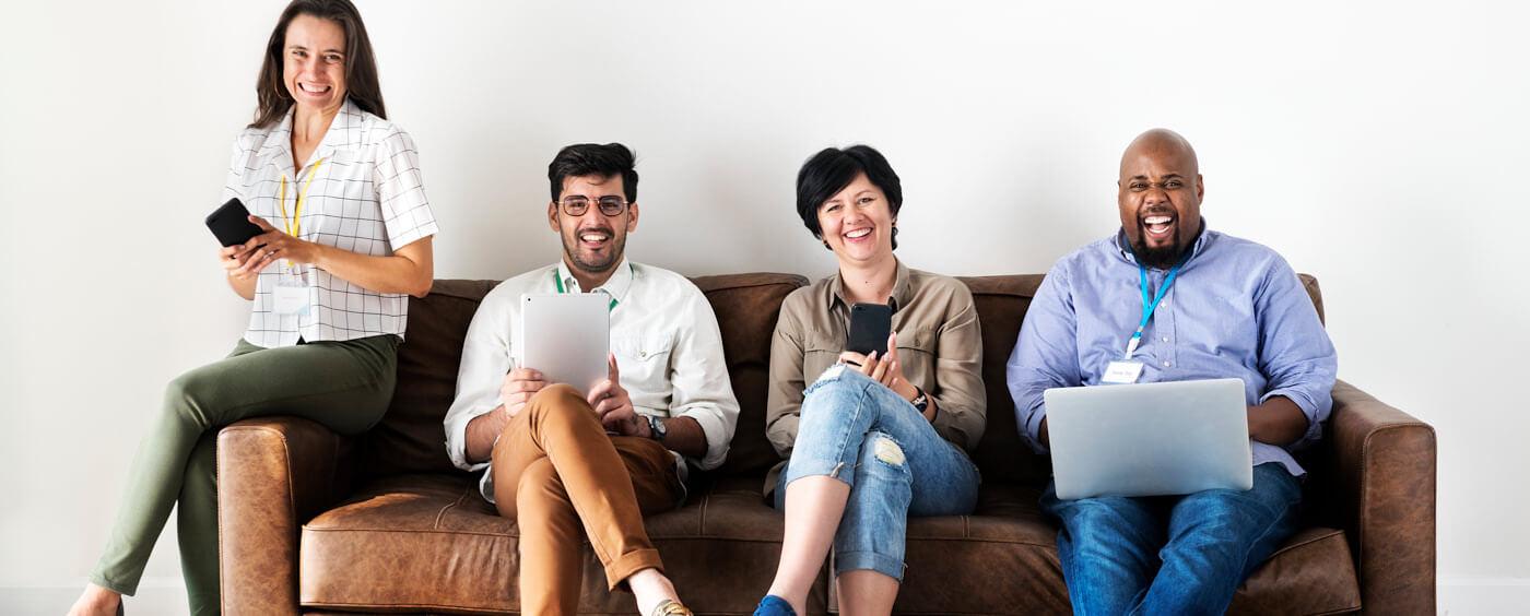 Skupina zaměstnanců sedí na gauči