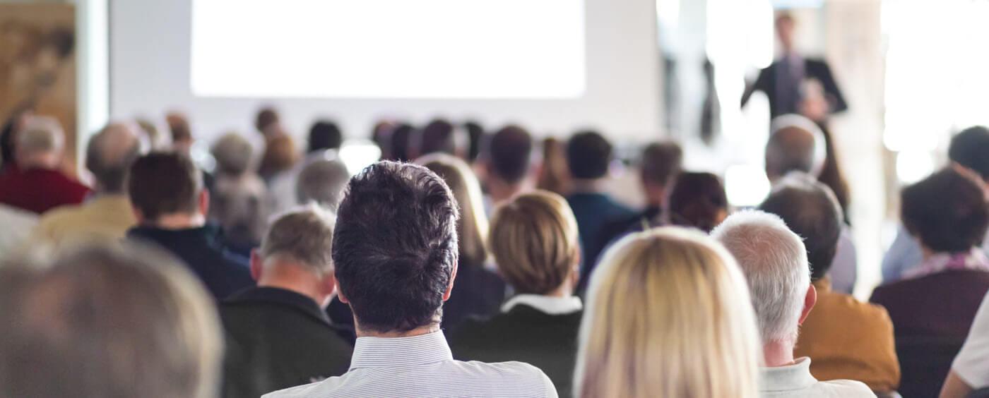 pohled na lidi sedící na schůzi